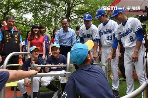 新莊體育園區,棒球主題共融式兒童遊戲場,棒球手套小屋,新莊棒球場,棒球主題共融式遊具