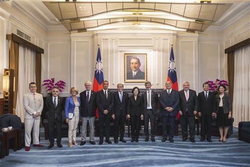 蔡英文總統11日上午接見法國國民議會友台小組、外交委員會副主席艾畢雍議員一行。(圖/總統府提供)