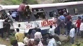 印度巴士失控衝入峽谷 至少52人死 印度,巴士,墜谷 翻攝自推特