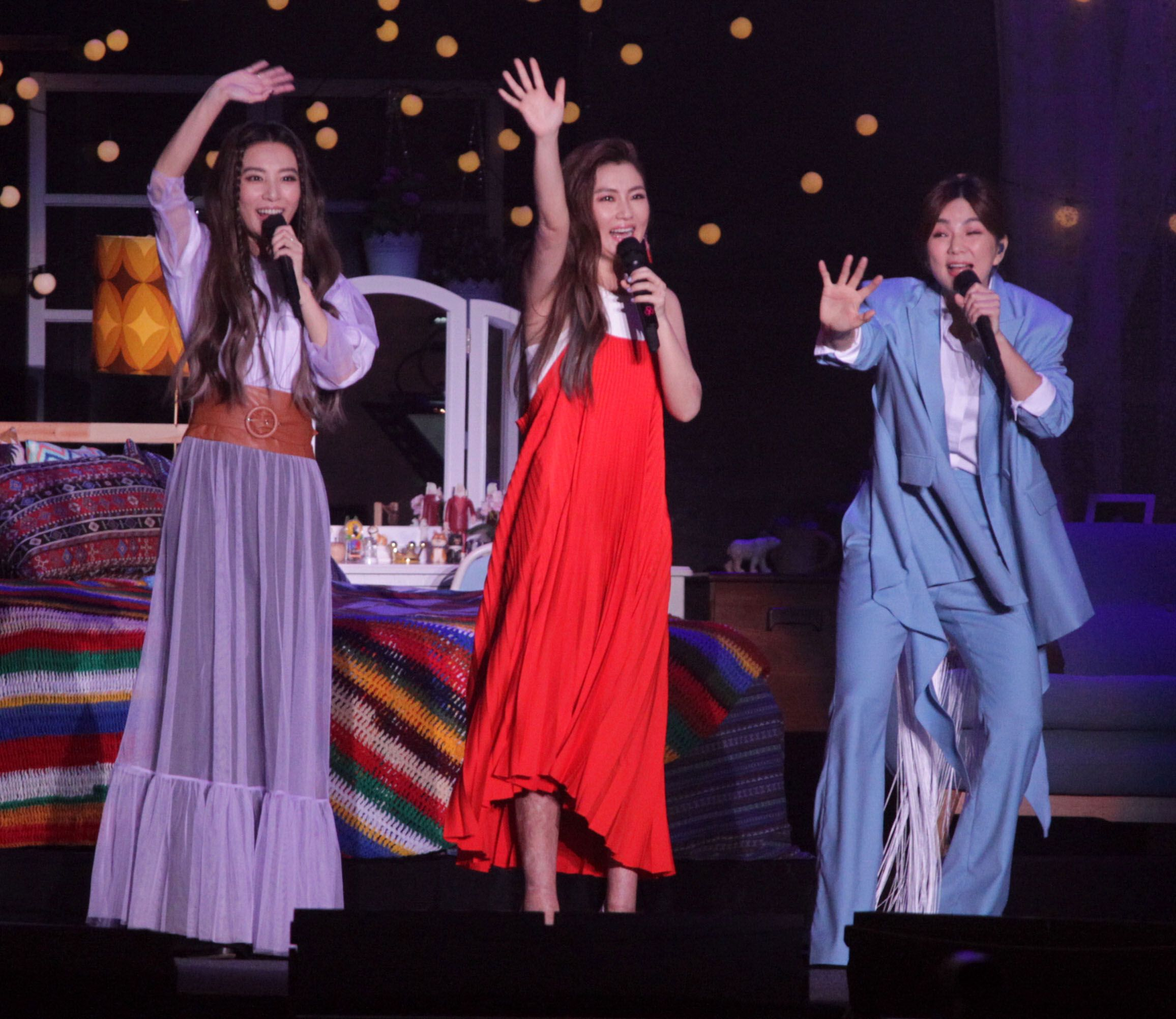 女子天團S.H.E(11)晚在兩廳院藝文廣場舉辦「十七音樂會」,22首歌曲讓2萬名歌迷聽得如癡如醉。(記者邱榮吉/攝影)