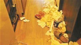 大陸有3名女子日前到日本遊玩時,在網路上訂了一間民宿,但她們退房時卻將大量垃圾扔在房間、廁所,甚至將椅子放在馬桶上。民宿老闆氣得將陸客亂扔垃圾的情況po上網,要求她們賠償清潔費用。目前3名陸客還在與民宿老闆溝通中。(圖/翻攝自微博)