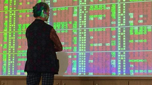 台股開高走高(1)台北股市3日開高走高,收盤漲82.66點,為11012.43點,收復11000點關卡,漲幅0.76%,成交金額新台幣1344.29億元。中央社記者董俊志攝 107年8月3日