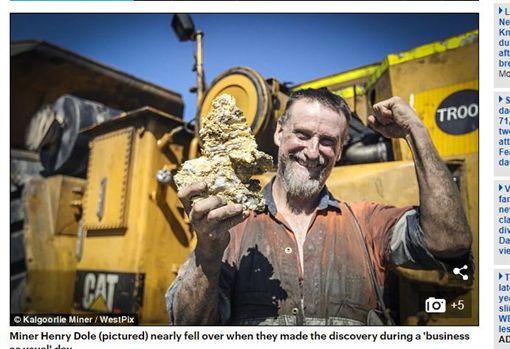 澳洲礦場挖出價值3.3億台幣的金礦。(圖/翻攝自每日郵報)