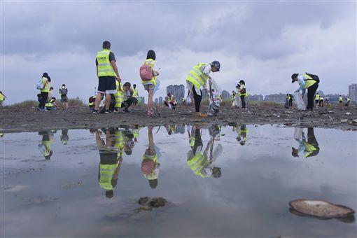 新北,八里,淨灘,乖乖,塑膠。翻攝自RE-THINK重新思考粉絲團
