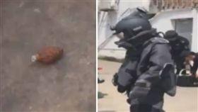 大陸江蘇蘇州市一名婦人3年前種樹時,從土裡挖出一顆橄欖狀的鐵球,她沒有想太多,直接把鐵球送給孫子當玩具。日前警方查看時,發現該鐵球是「手榴彈」,立刻在周邊拉起警戒線,並將手榴彈送到廢舊砲彈存放點,與其他危險物品一起銷毀。(圖/翻攝自微博)