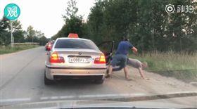 男搭計程車亂丟垃圾 司機把他當垃圾拋出車外(圖/翻攝自秒拍)