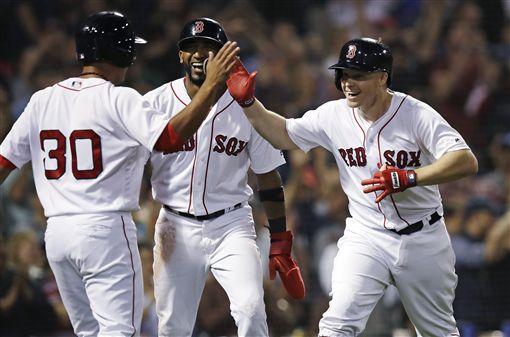 ▲Brock Holt(右)擊出代打逆轉3分彈,帶領波士頓紅襪贏球。(圖/美聯社/達志影像)