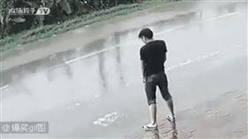 男子在路邊隨地便溺(圖/翻攝自爆料公社5.0 YouTube)