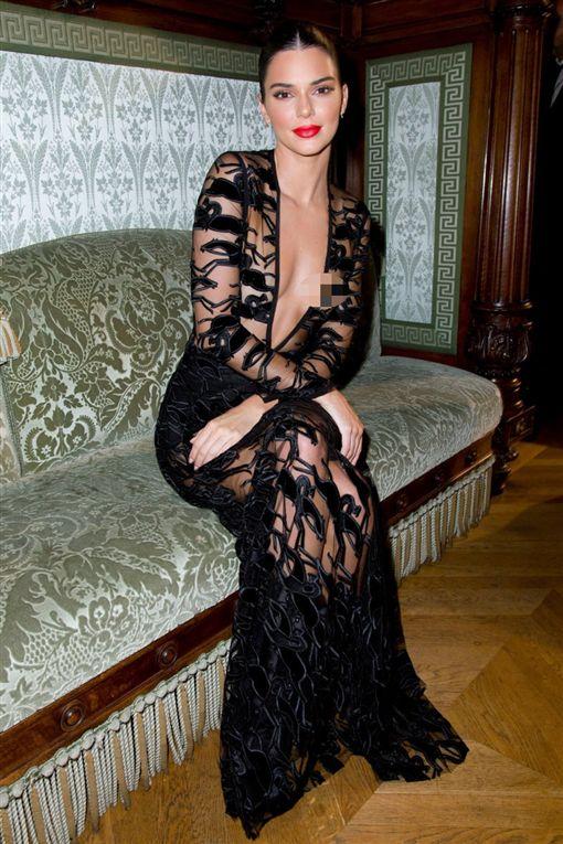 卡戴珊小妹透視裝跑趴 粉紅點點任看Kendall Jenner,透視裝,露點翻攝自推特