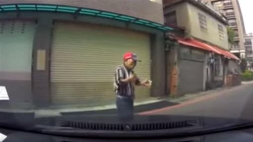 車還在動!阿伯嚇到全身電流 僅5秒就受封「影帝級路人」圖翻攝自爆料公社5.0 youtubehttps://www.youtube.com/watch?v=68VASgczJIs