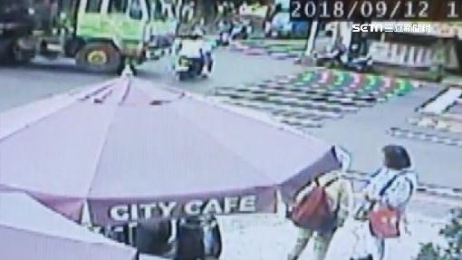 騎車闖紅燈 夫妻遭載鋼條大貨車撞擊