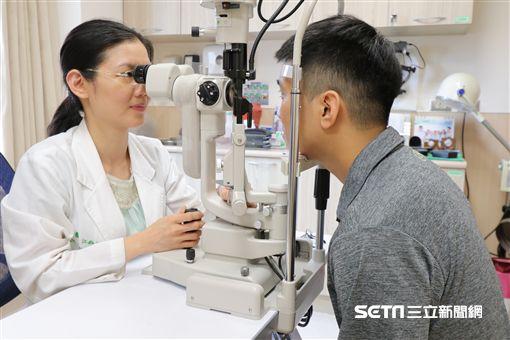 亞大醫院眼角膜暨眼整形科主任江鈞綺替患者檢查角膜破皮狀況。(圖非新聞當事人/亞大醫院提供)