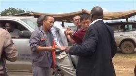 才灑幣非洲示好!中國商人出手痛毆 烏干達官員反擊鬧翻 圖翻攝自臉書Gossip Mill Nigeria