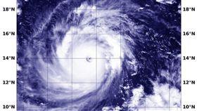 今年第22號颱風「山竹」持續進逼台灣,美軍聯合颱風警報中心(JTWC)、NASA預報指出,「山竹」的颱風眼變得更大,結構也變得更結實,強度持續增強中,可能會成為台灣的擦邊球。(圖/翻攝自NASA)