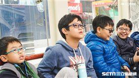 眼科醫師莊雅鈞提醒,學童越早近視,無及時控制,將會以平均一年100度增長。(圖/記者林敬旻攝)