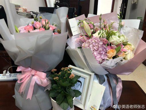 易烊千璽送花給老師(圖/微博)