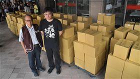 以核養綠公投連署書送抵中選會(1)國立清華大學原子科學院長李敏(左)及核能流言終結者創辦人黃士修(右)等人發起「以核養綠」公投案,6日在支持者陪同下到中選會遞交約32萬份連署書。中央社記者王飛華攝 107年9月6日