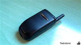 iPhone新機5萬嚇死人?20年前這支摺疊機也賣5萬 圖/翻攝自Adrián Alcón Żurawka YouTube https://www.youtube.com/watch?v=XHT-pLXT6vM