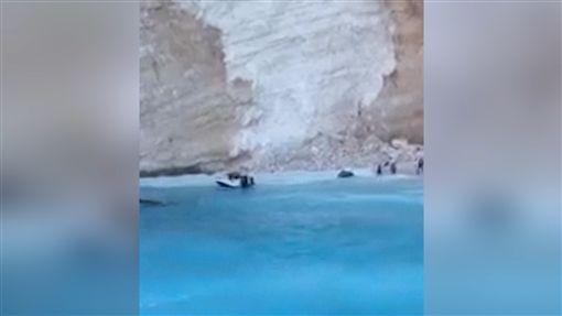 韓劇《太陽的後裔》取景的希臘景點「沉船灣」土石崩塌(圖片來源:AP影音)