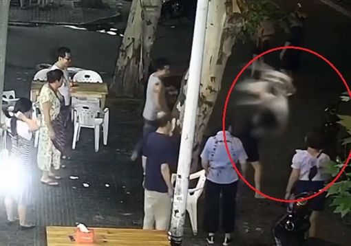 大陸醉女要外送員載她回家,遭拒怒砸車。(圖/翻攝自梨視頻)