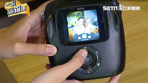 主持人雲爸與來賓張齡予、瘋得雄開箱人氣拍立得。雲爸現場示範『Prynt Pocket』列印AR照片。介紹富士Instax SQUARE SQ10濾鏡調整功能。