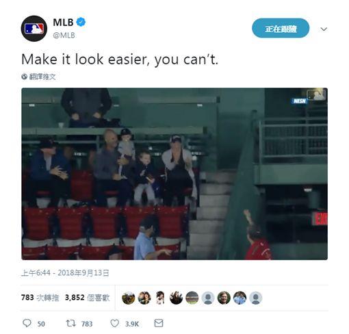超狂阿公徒手接界外球 暖心轉送小孩美技,紅襪,界外球翻攝自MLB官方推特