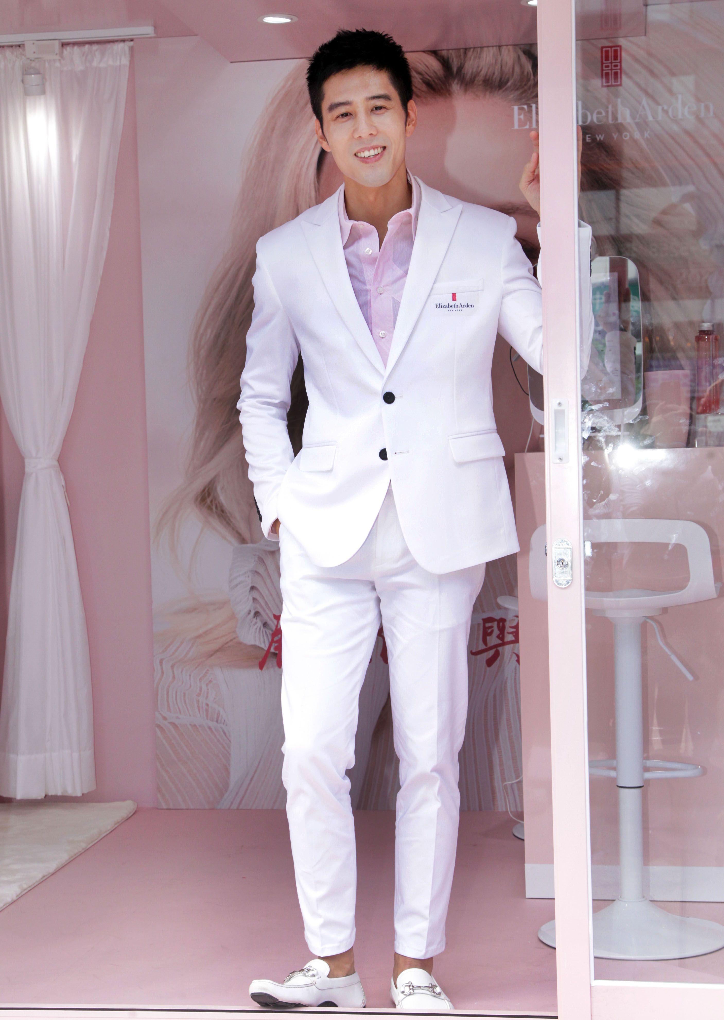 胡宇威出席保養品發表為粉絲保養皮膚。(記者邱榮吉/攝影)