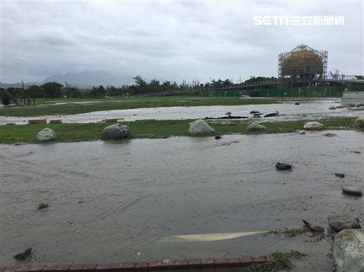 台東海濱公園的國際地標,受山竹颱風侵襲。(圖/記者張硯卿攝)
