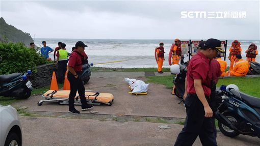 被宜蘭粉鳥林巨浪捲入落水 女老師遺體尋獲圖翻攝畫面