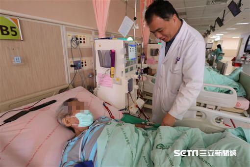 腎臟科醫師周哲毅說,腎功能不佳者因為中大分子尿毒素累積,容易導致皮膚變黑。(圖/亞大醫院提供)