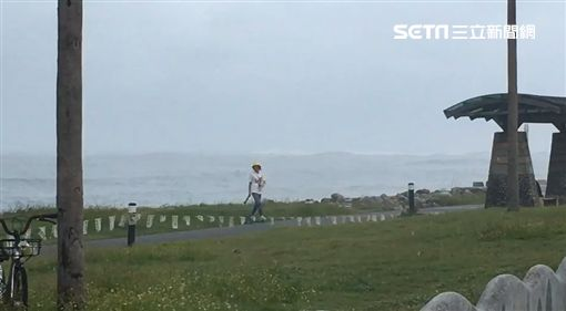 遊客闖入花蓮七星潭觀浪。