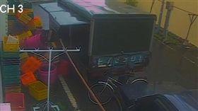 台東小巷強風吹翻貨車 街道瞬間乾淨 山竹颱風,大武,台東 翻攝畫面