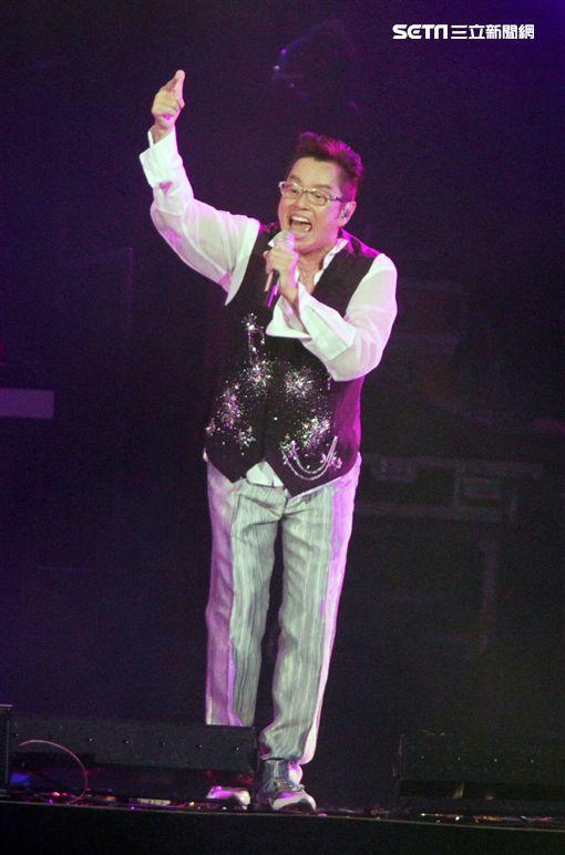 譚詠麟「銀河歲月40載」世界巡迴演唱會,引爆台北小巨蛋,一連串經典好歌粉絲嗨翻天。(記者邱榮吉/攝影)