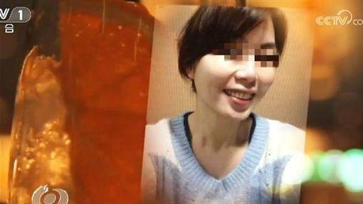 中國近年來有不少陸生來台交換讀書,沒想到竟傳出我國女間諜「色誘」陸生獲取情報。中國中央電視台15日在節目中,以「揭批台灣間諜情報活動」專題,揭露台灣一名女學生為了取得中國國防科工情報,色誘小16歲的中國留學生,甚至還「獻身」讓對方愛得深陷不已。(圖/翻攝自微博