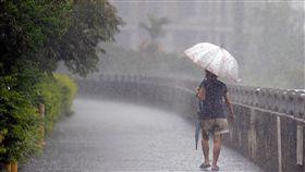 北市午後大雨中央氣象局表示,7日白天各地大多為多雲到晴的天氣,午後因熱對流發展,各地山區及西半部平地出現午後雷雨的機率高。大台北地區下午雷聲隆隆,隨即降下傾盆大雨。中央社記者孫仲達攝 107年9月7日