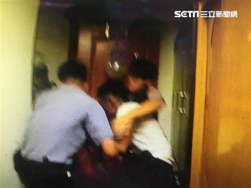 男持碎玻璃欲自戕 父母妻勸說都無效!對峙90分被警壓制圖/翻攝畫面