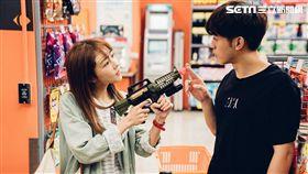 吳思賢和邵雨薇逛超市放閃。(圖/東森提供)