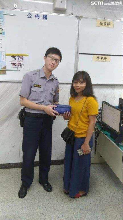 警方幫印尼籍嫩妹波莉尋回裝有3萬元現金的皮包(翻攝畫面)