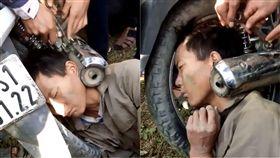 酒醉,摩托車,排氣管,越南,騎車,醜態,卡住,解圍, 圖/翻攝自Phua Hang臉書 https://goo.gl/i5kFSw