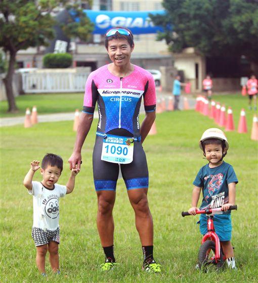 ▲捷安特嘉年華鐵人兩項賽男子組冠軍江立堯和一對寶貝。(圖/捷安特提供)