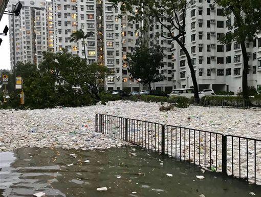 山竹助攻海洋復仇 「人類呀!這是還給你的」(圖/翻攝自香港突發事故報料區臉書)