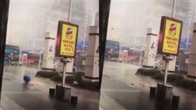 山竹來襲 深圳取款機倒下錢到處飛(圖/翻攝自YouTube)
