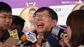 柯文哲接受媒體訪問台北市長柯文哲(中)13日上午出席台北市107年運動有功團體及人員表揚典禮,在接受媒體訪問時哈哈大笑。中央社記者王飛華攝  107年9月13日