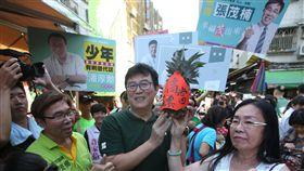 姚文智虎林黃昏市場掃街(2)民進黨台北市長參選人姚文智(中)14日到虎林黃昏市場掃街拜票,受到熱情歡迎,還有支持者現場送上鳳梨,祝福姚文智高票當選。中央社記者張新偉攝 107年9月14日