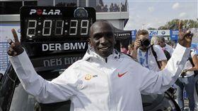 基普喬格跑出馬拉松新世界紀錄。(圖/美聯社/達志影像)