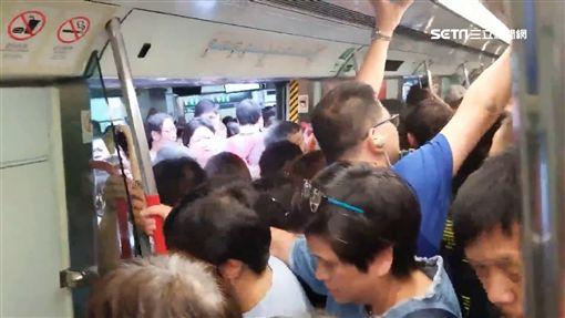 「山竹」癱瘓香港交通 車站、地鐵人滿為患