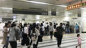 北市下午4時停班課 捷運湧人潮(2)颱風瑪莉亞進逼北台灣,台北市10日下午4時起停班停課,市區自下午起也陸續有間歇雨勢;4時一到,捷運站內湧現許多搭車民眾,盼在風雨增強前回家。中央社記者白芷達邦攝 107年7月10日