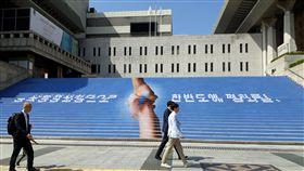 南北韓平壤文金會前夕 首爾街頭一片寧靜南北韓將於18日在平壤舉行第3次高峰會談,文金會前夕的17日中午,曾發動過「燭光示威」的世宗文化會館台階上,繪有「兩人握手上有朝鮮半島」圖示和「盼透過南北韓高峰會談為朝鮮半島帶來和平」字樣,首爾街頭一片寧靜。中央社記者姜遠珍首爾攝 107年9月17日