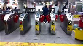 台北,捷運,持刀,攻擊,美工刀(圖/翻攝畫面)