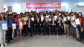 66名獲台獎學金印度學生與田中光合影駐印度代表處今天頒發台灣獎學金和華語獎學金,共有66名印度學生獲得,人數和金額都比往年增加。獲獎學金學生與駐印度代表田中光(坐者右3)等人合影。中央社記者康世人新德里攝 107年8月7日